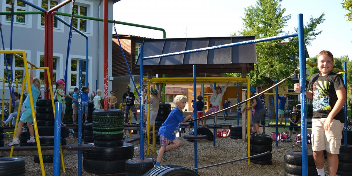 Schüler der Anne-Frank-Schule Dußlingen auf dem Spielplatz